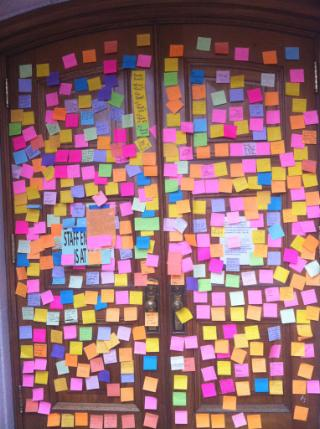 Post-it notes adorn statehouse door (Photo by Jonathan Rosenblum)